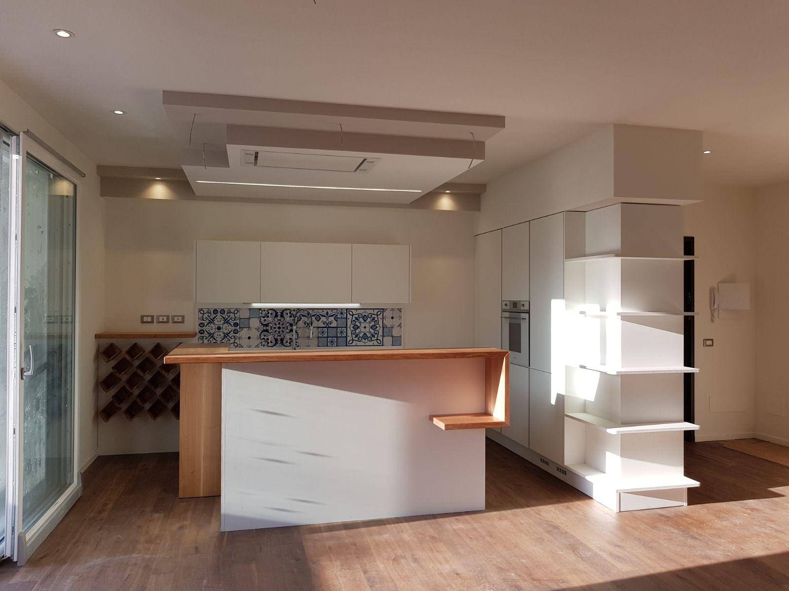 Cucina ad isola con colonna rivestita e portabottiglie ...